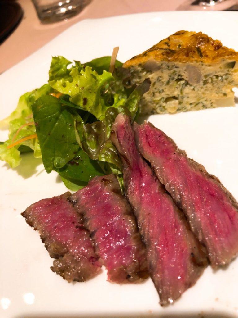 画像:シーフードレストランで美味しいお肉